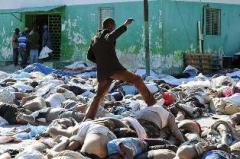 haiti-un-uomo-si-fa-strada-a-fatica-su-un-tappeto-di-cadaveri-davanti-allobitorio-di-port-au-prince-dopo-il-terremoto-del-12-gennaio