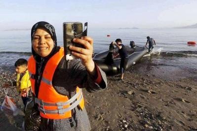 Αποτέλεσμα εικόνας για λαθρομετανάστες βγάζουν 'σέλφι'